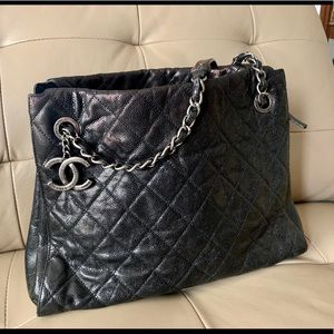 Chanel chic shopping tote caviar black